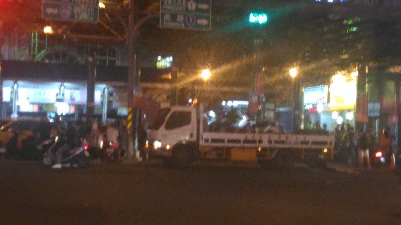 台南市火車前人行道機車違規亂停,警方昨晚加強取締拖吊。記者黃宣翰/攝影