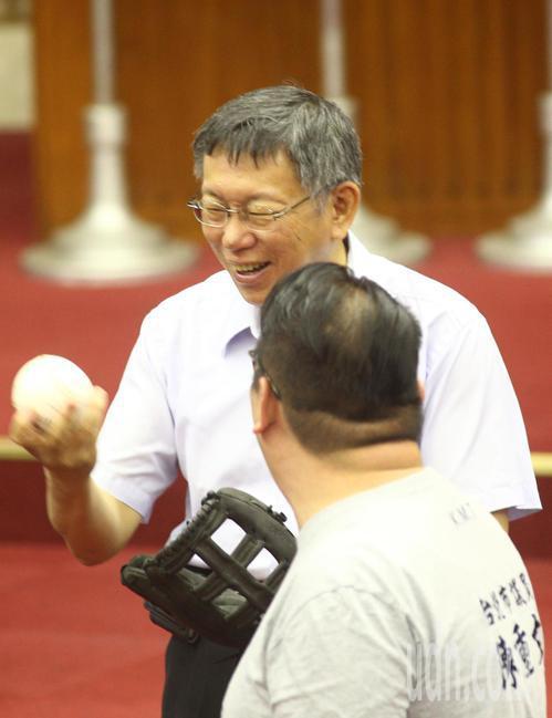 台北市長柯文哲(左)上午到議會專案報告,議員對柯市長是否參選總統的議題十分關注,...