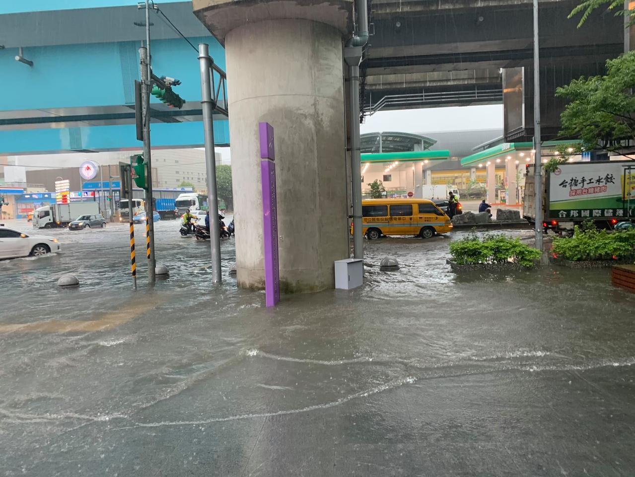 桃園機場捷運A8長庚醫院站外,上午10點路面出現大量積水,積水深度30公分。記者...