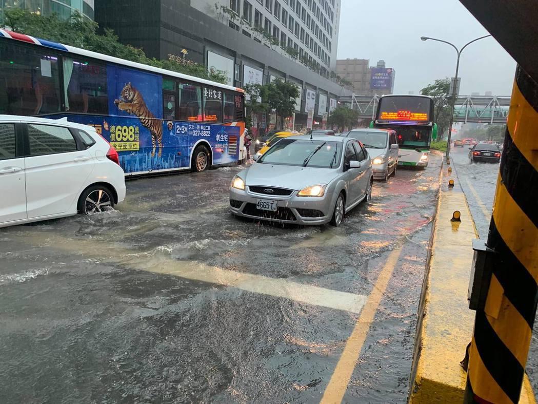 桃園機場捷運A8長庚醫院站外,上午10點路面出現大量積水。記者許政榆/翻攝