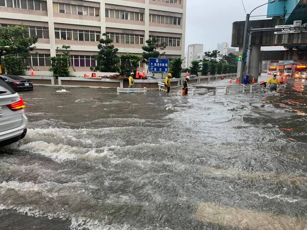桃園機場捷運A8長庚醫院站外,今天上午10點路面出現大量積水。記者許政榆/翻攝