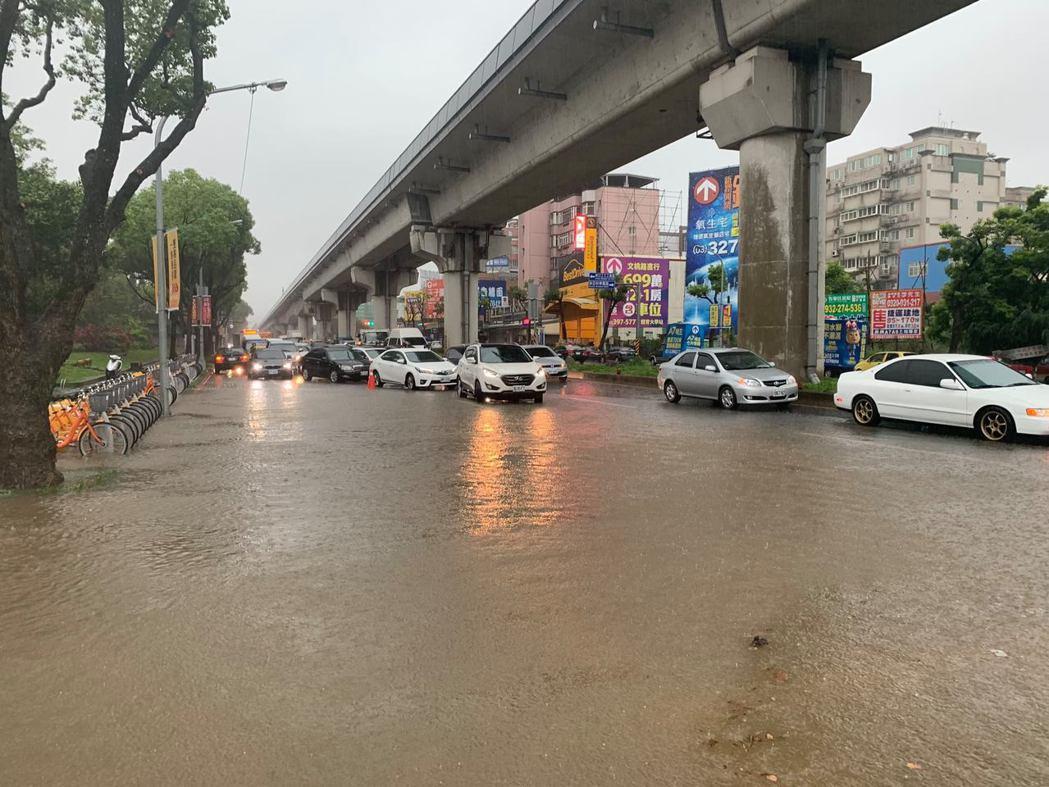 暴雨來襲,桃園龜山林口酒廠外今天上午路面出現大量積水,水深達50公分。記者許政榆...