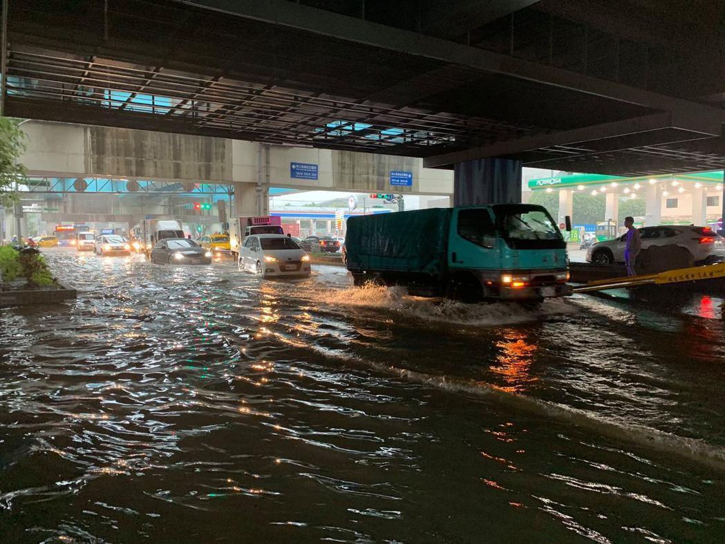 受強降雨影響,桃園市龜山區文化一路包括林口酒廠、機捷A8站外,上午都出現大量積水...