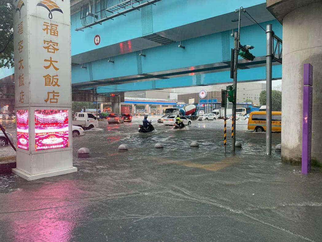 桃園機場捷運A8長庚醫院站外,今天上午10點路面出現大量積水,積水深度30公分。...