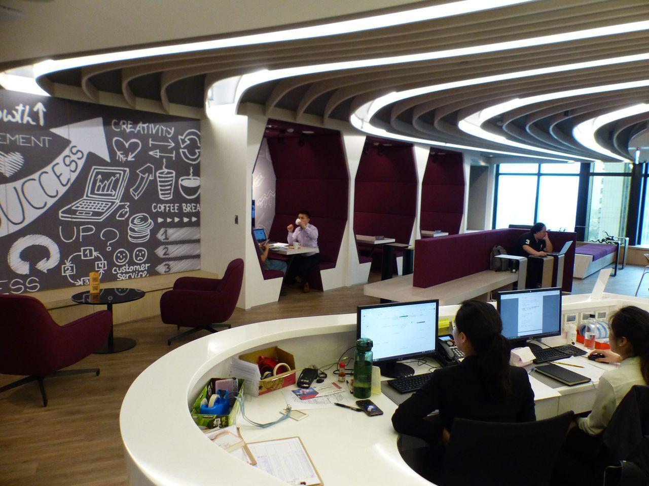 台中市商辦大樓內也吹起青創概念的共享辦公室風潮,一整層辦公空間內,規劃有共享專屬...