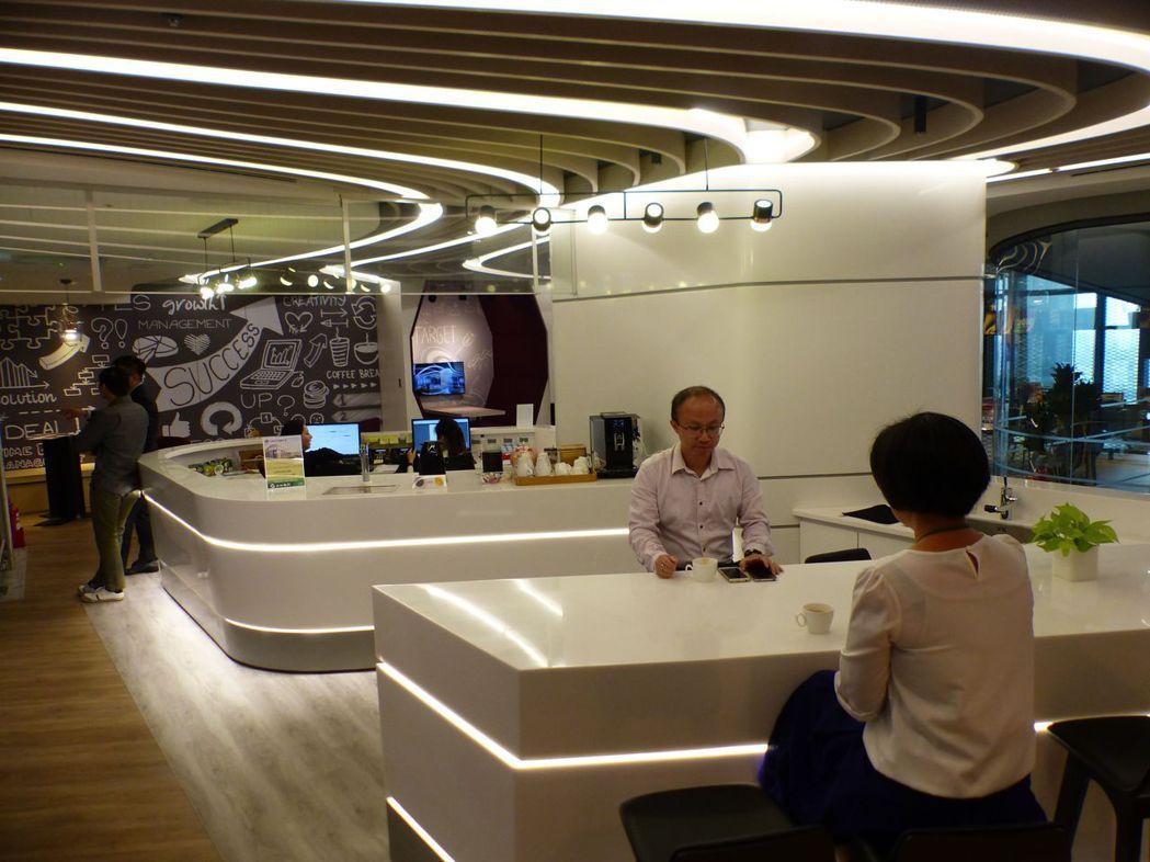 創業的蘇倉琪(右二)進駐分享辦公室半年,認為可縮短創業摸索期,共享的空間大又氣派...