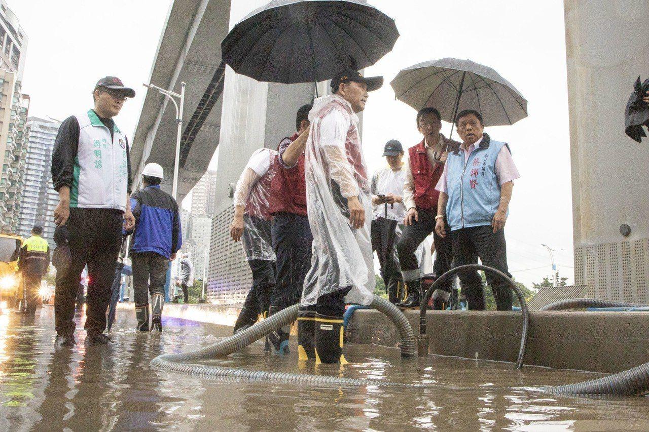 侯友宜今上午前往淡水中正東路勘災,侯認為,輕軌施工時在排水涵管上,仍然可以調整得...