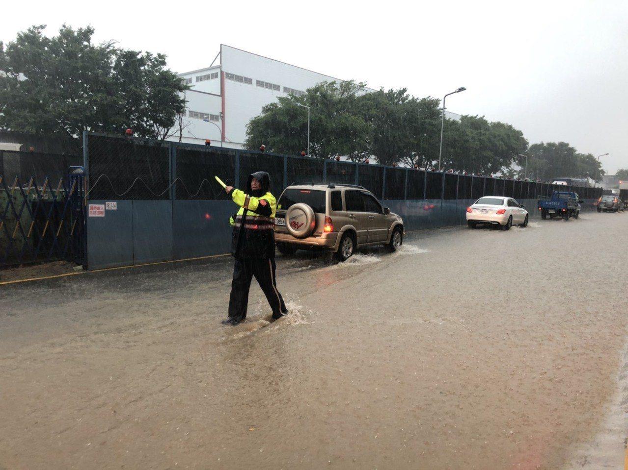 桃園市八德區福德一路48號,今天上午也出現路面積水,高度約20至30公分,車子經...