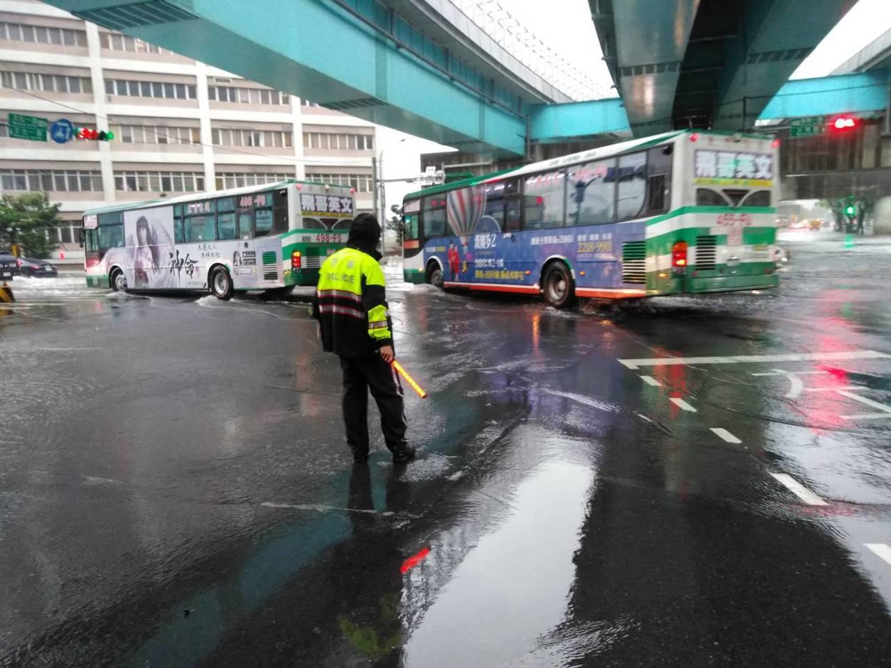 桃園市龜山區文化一路包括林口酒廠、機捷A8站外路面出現大量積水,警方到場進行交通...