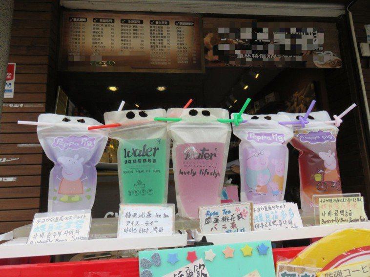 衛生局檢驗蝶豆花飲品。圖/新北市衛生局提供