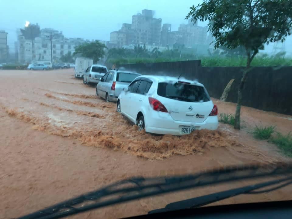 今天中午台中下起大雷雨,西屯區都會公園附近出現路面積水狀況。圖/讀者提供