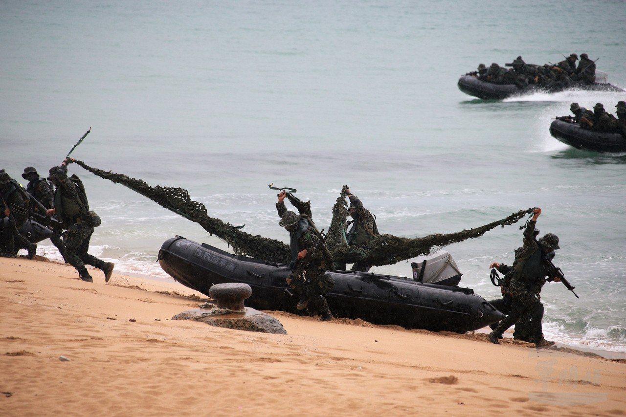 海軍陸戰隊蛙人登上灘頭。圖/軍聞社資料照,圖中官兵與本文無關