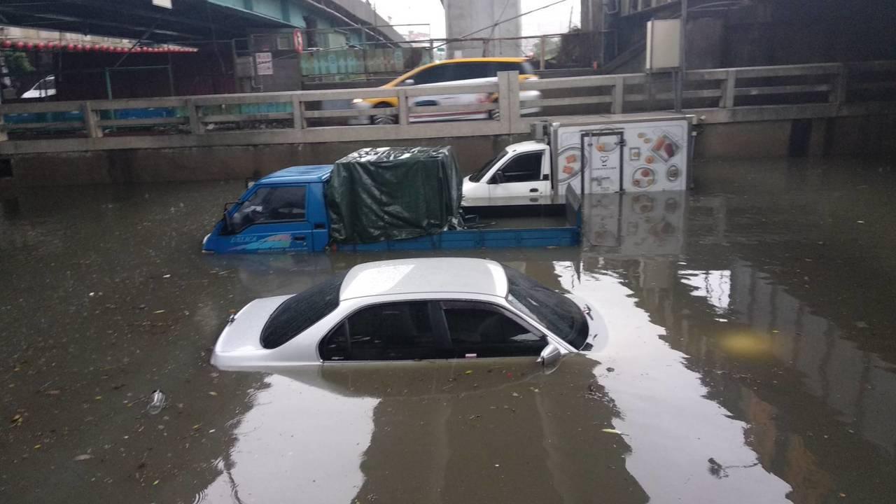 傾盆大雨驟降大量雨水灌入西區林森國光路的地下道,水深達1公尺以上,1輛白色自小客...
