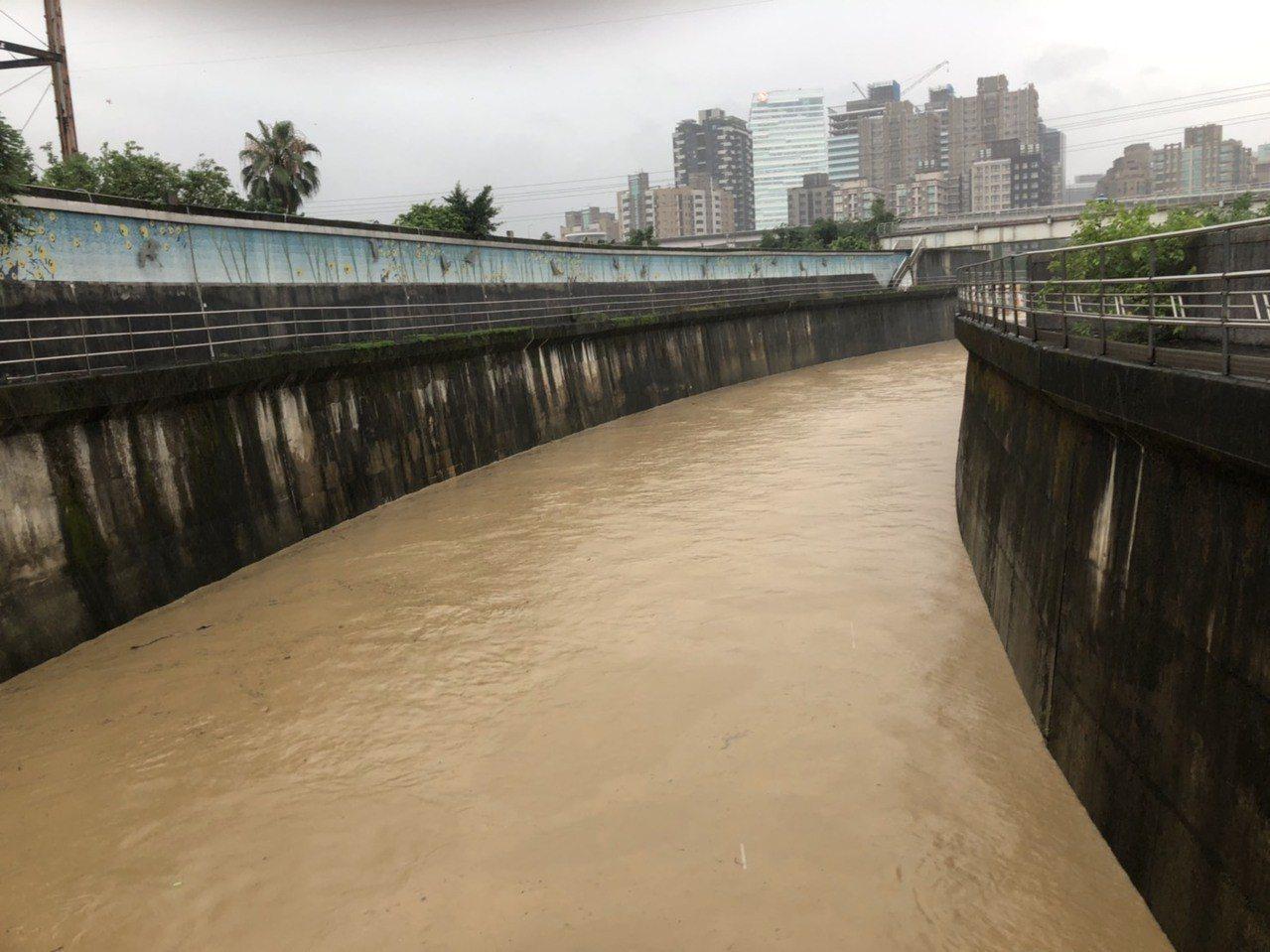 基隆河內溝溪交會處河水喘急,但目測水位不高,未到危險程度。圖/防汛志工汐止分隊提...