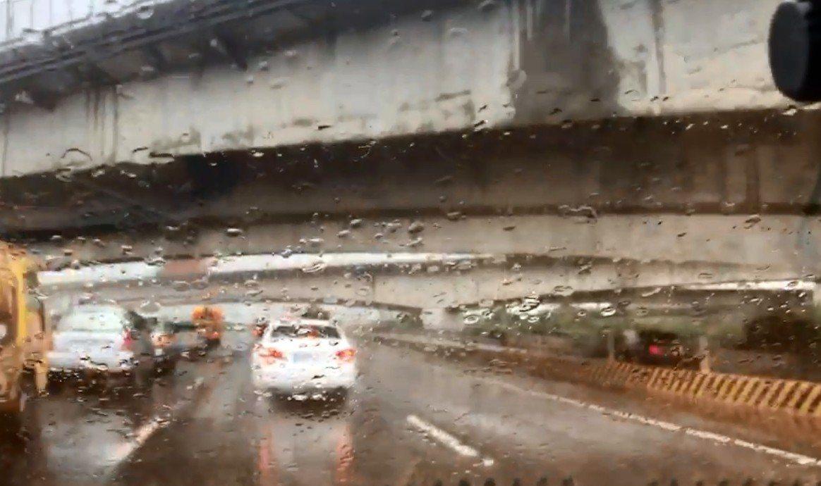 國道1號中部路段中午前發生多起事故,造成塞車。圖/讀者提供