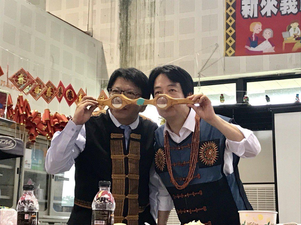 前行政院長賴清德(右)與屏東縣長潘孟安(左),共飲排灣族連杯酒。記者江國豪/攝影