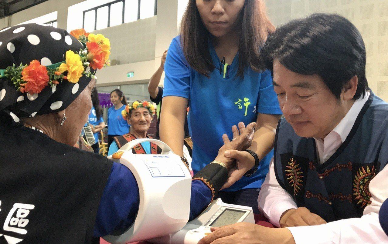 前行政院長賴清德,為部落長者健檢。記者江國豪/攝影