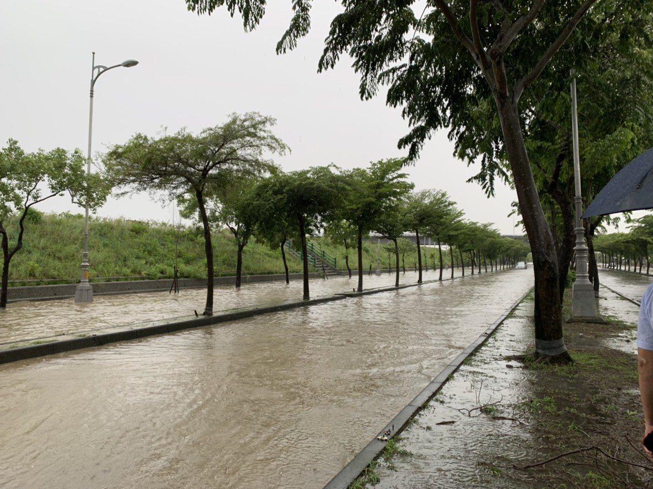 台中市烏日區環河路部分路段積水,並由警廣通知駕駛人改道。圖/台中市議員陳世凱提供