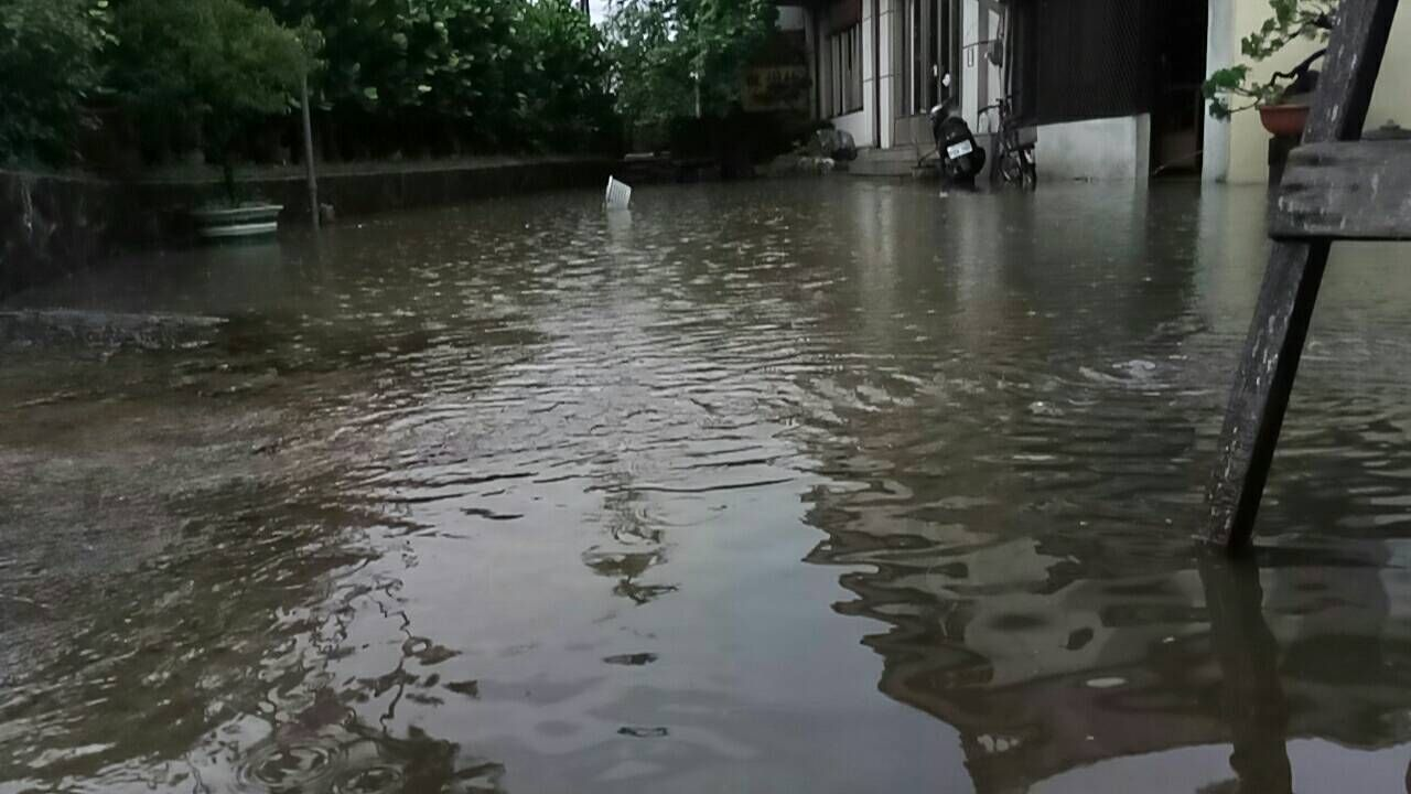 台中市烏日區五光路旁的樹王埤暴雨溢過埤頂,路面積水,並且淹進民宅,水深約十幾公分...