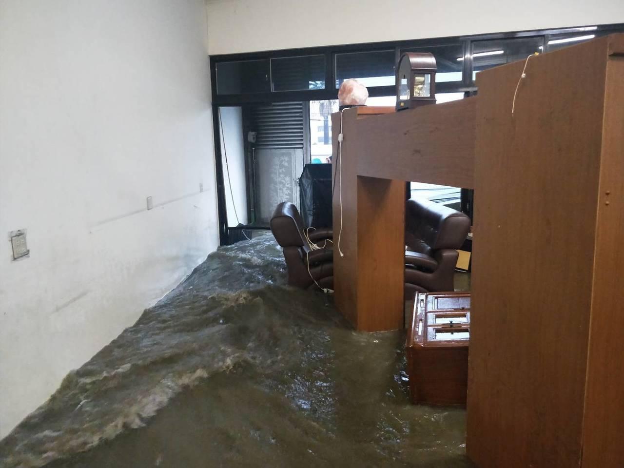 台中市消防局今天到大甲區民宅內,救出受困3人。圖/台中市消防局提供