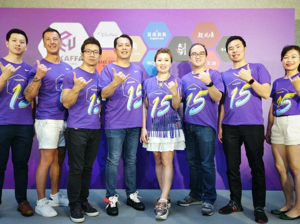六角國際18日舉行15周年慶祝活動,共同創辦人董事長王耀輝(左四)、執行副總經理...