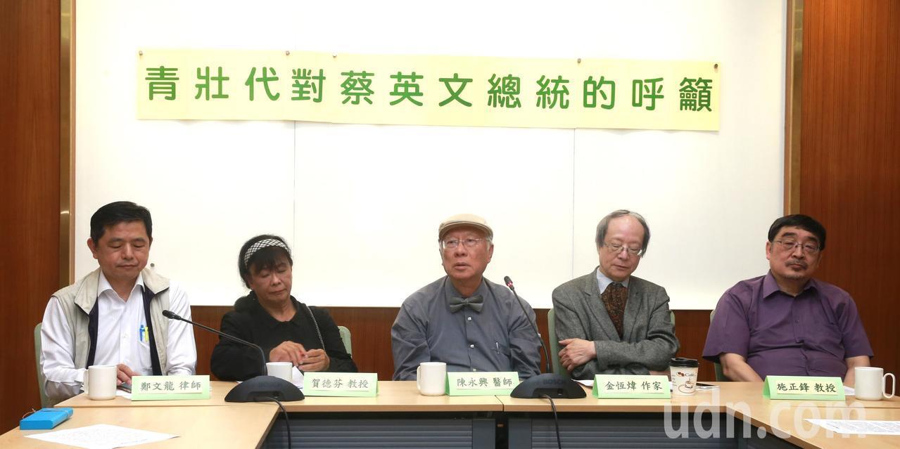 五位青壯代鄭文龍律師(左起)、賀德芬教授、陳永興醫師、金恆煒作家與施正鋒教授,在...