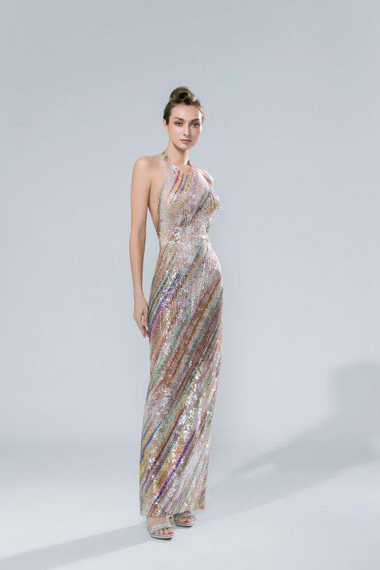 林莉婚紗「LL系列」呼應今年「薄、露、透」的晚裝風格,結合強調曲線的極簡剪裁,重...