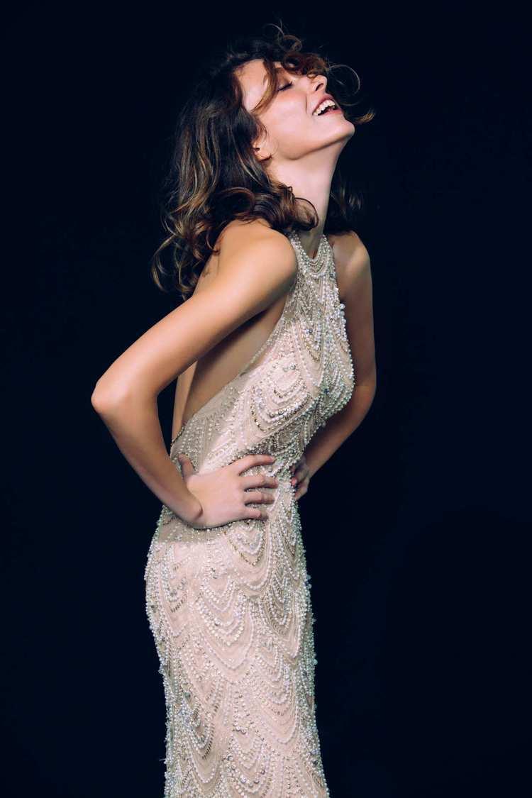 林莉婚紗「LL系列」使用了流蘇搭配SWAROVSKI水晶、獨特歐洲進口珍珠、立體...