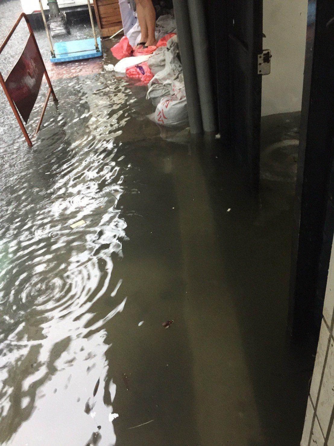 北市士林區、北投區今早被中央氣象局列入大雷雨示警區域,一早強降雨除造成中央北路二...