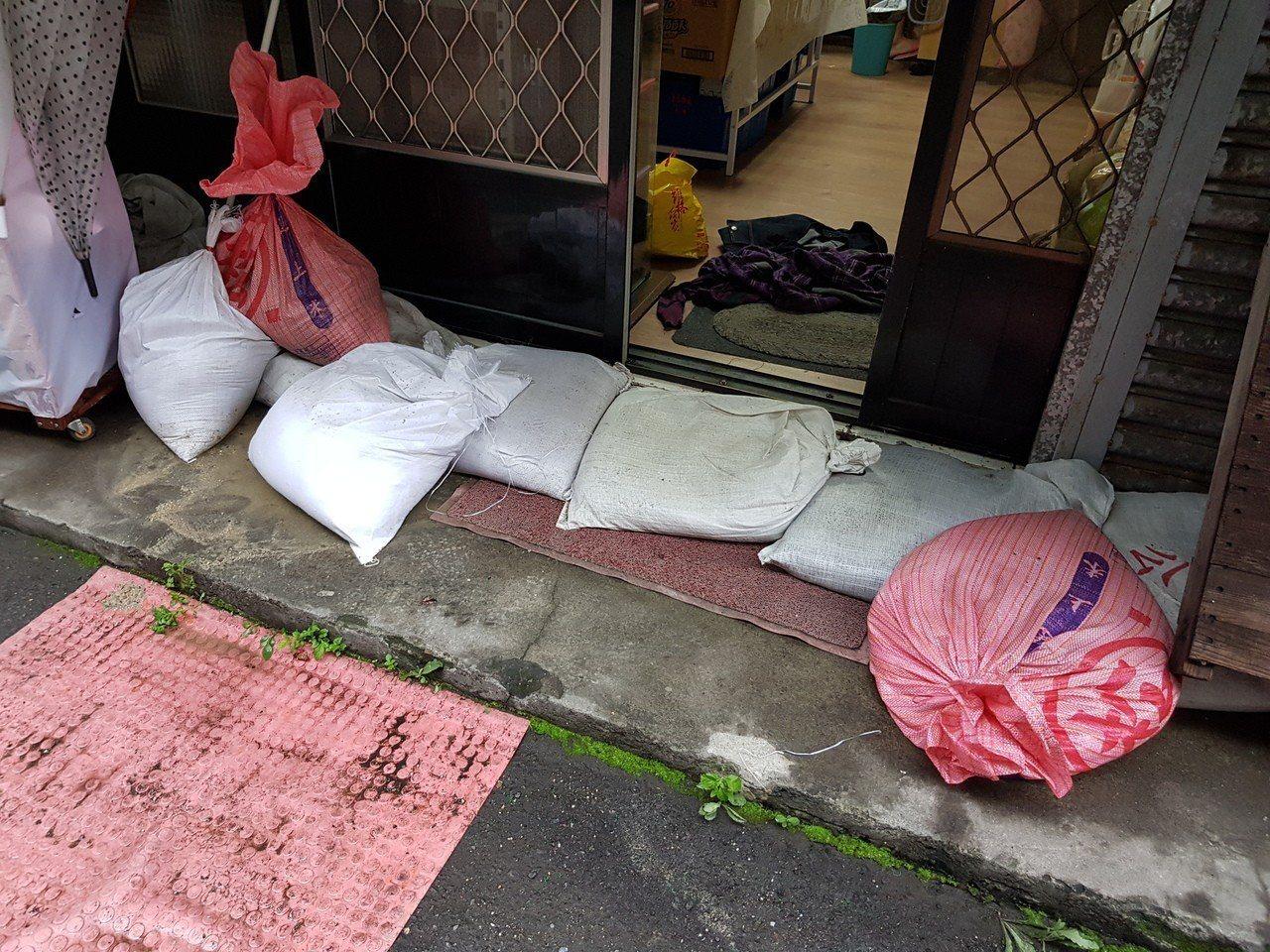 居民施小姐表示,好在里辦公處有沙包,她一早趕緊去借用防堵,水才沒淹入屋內客廳,否...