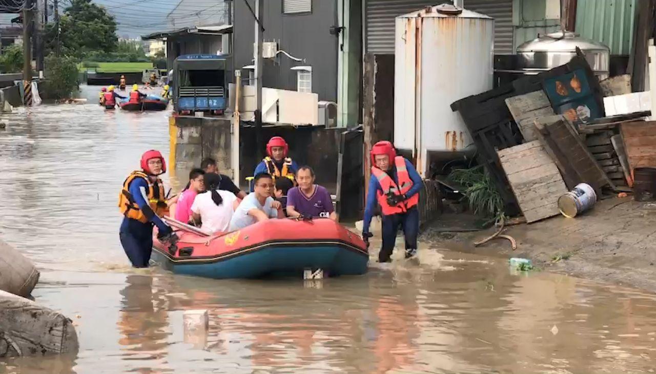 台中市消防局獲報,烏日區環河路一段862巷內有16人受困,出動多艘橡皮艇,將受困...