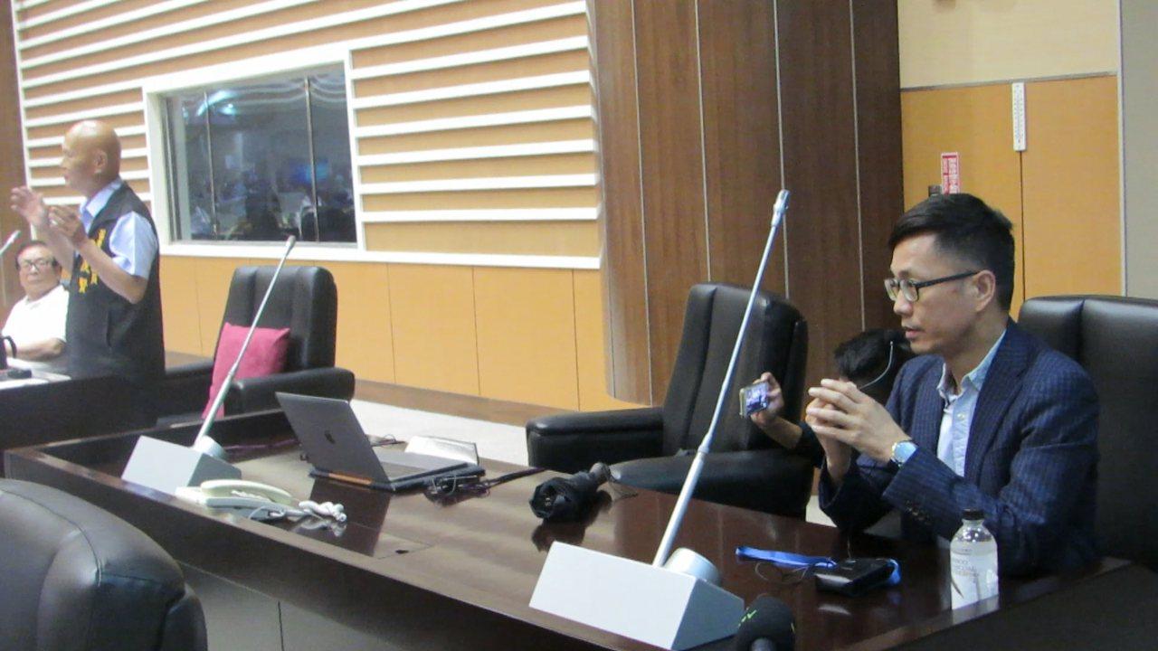客委會口譯人員(右)今天到苗栗縣議會,試辦同步口譯服務。記者范榮達/攝影