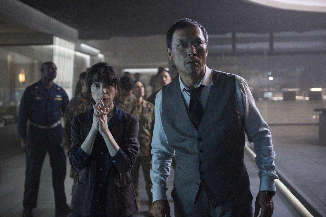 渡邊謙(右)在「哥吉拉II怪獸之王」再度飾演對怪獸極有研究的芹澤博士,與金獎影后