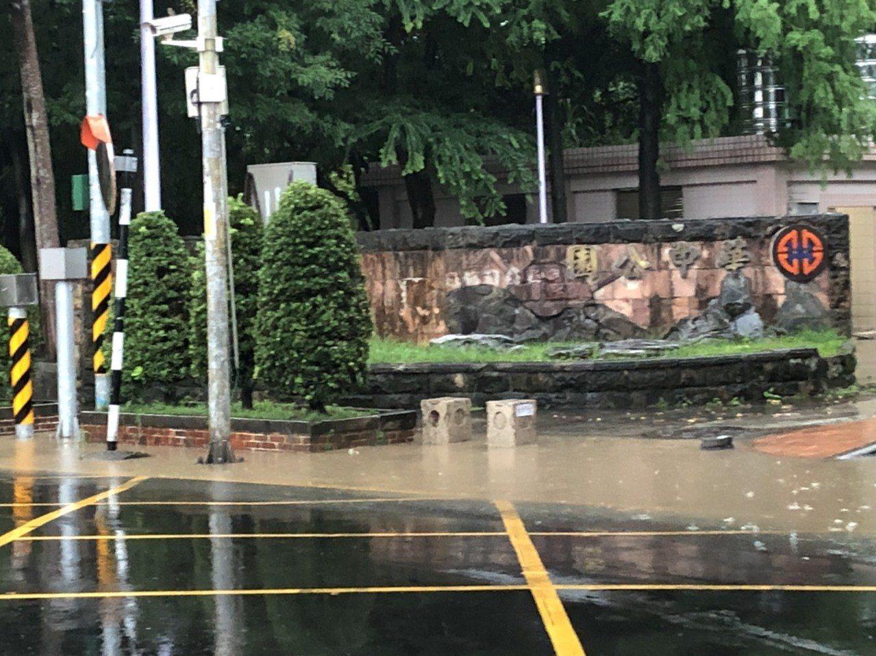 北台灣今上午下降豪大雨,造成新北多處積淹水,新北市議會民進黨團總召何博文說,短短...