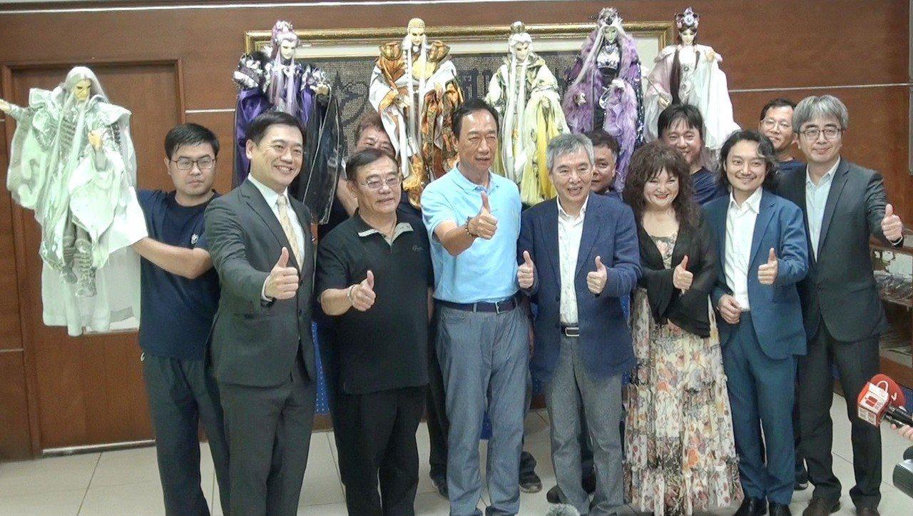 郭台銘拜訪霹靂公司了解台灣布袋戲產業。記者蔡維斌/攝影
