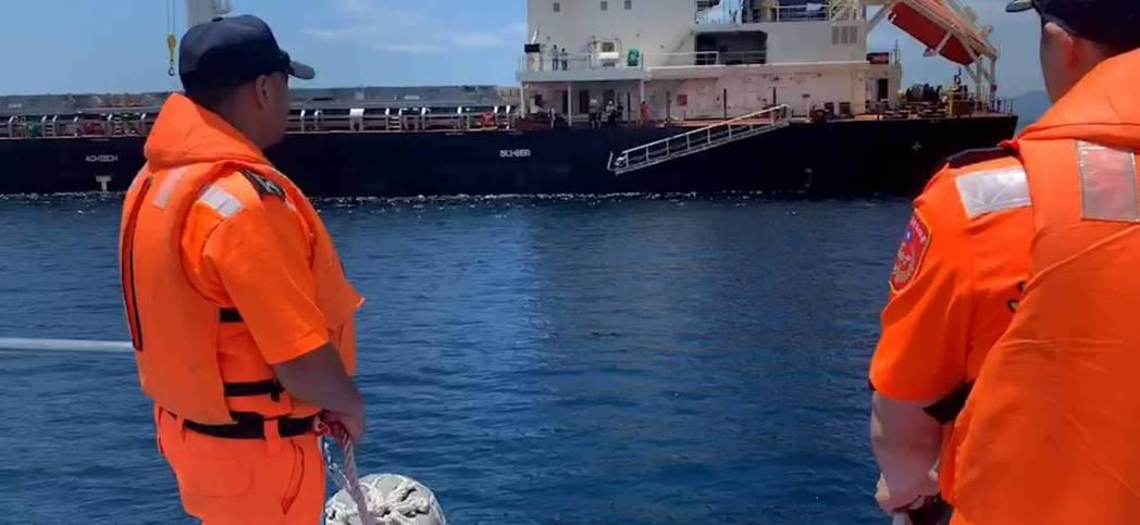 因船舷過高該貨輪施放舷梯以便接駁傷患。圖/第六海巡隊提供