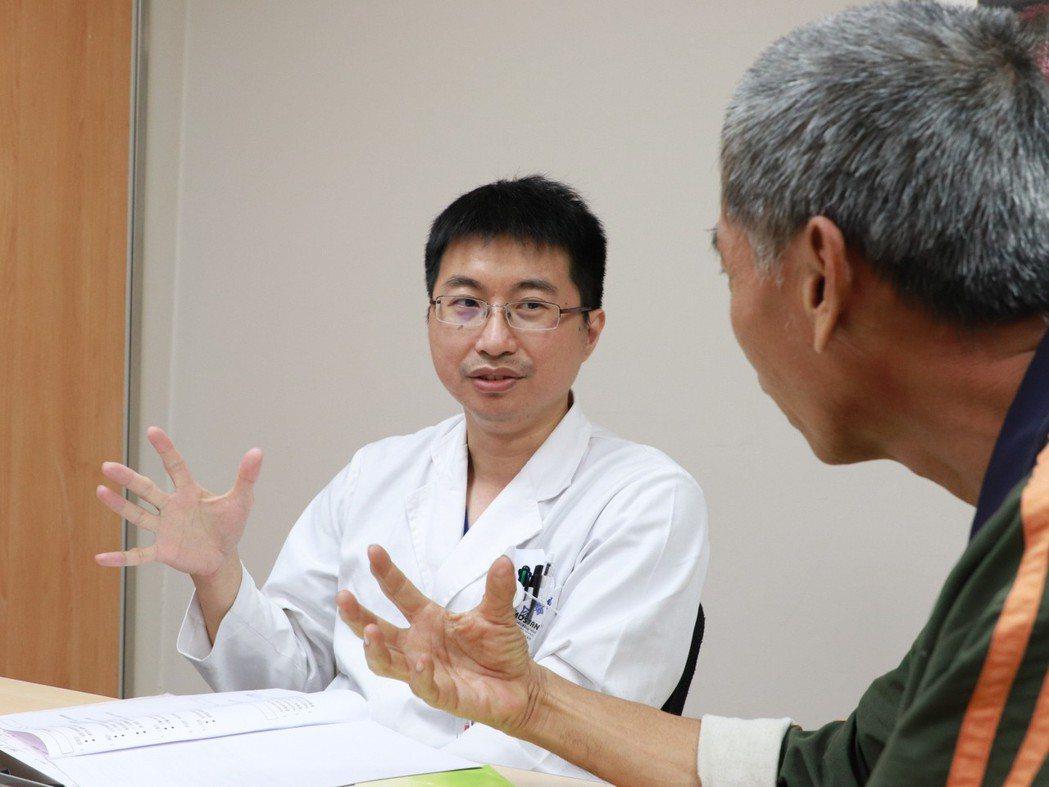 李明峯建議,民眾平常要量血壓,泡溫泉不要泡太久,避免發生憾事。圖/大里仁愛醫院提...