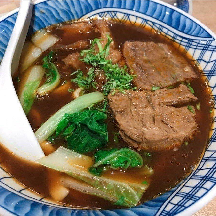 「牛肉麵.雞湯」深夜經常大排長龍。IG @aaahua1020提供