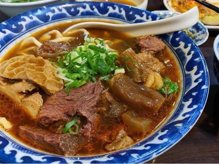 「大三元牛肉麵」有軟嫩的牛肉、牛肚、牛筋。IG @jjeanllin提供
