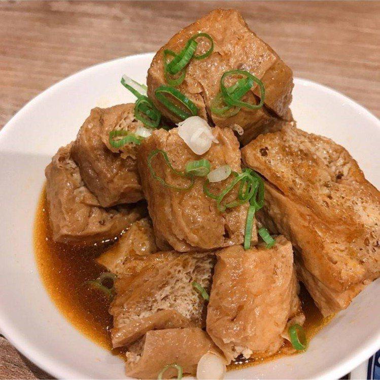 「牛肉麵.雞湯」有各式小菜,不少人點花干。IG @aaahua1020提供