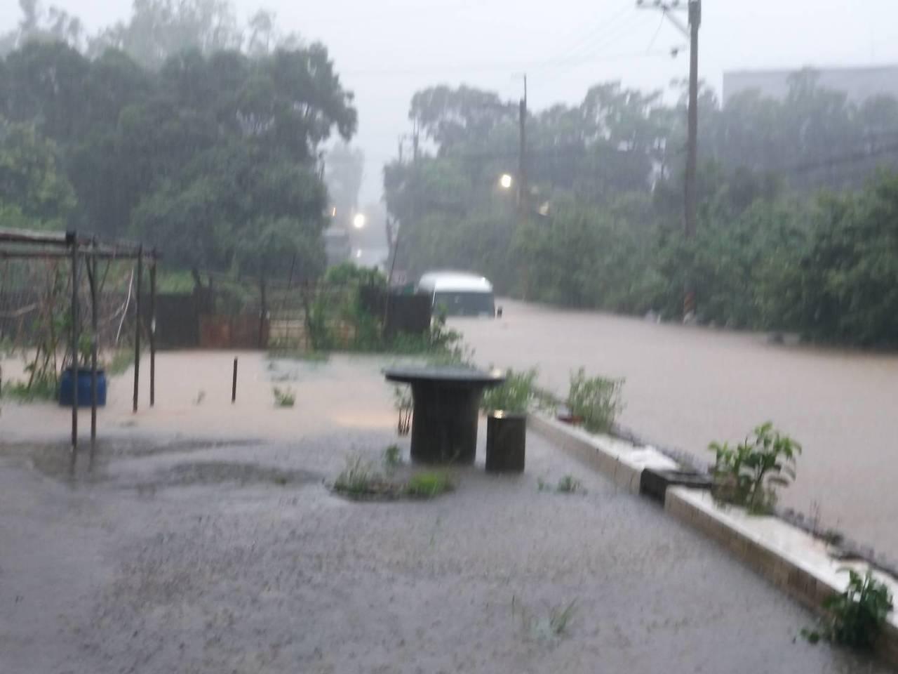 梅雨鋒面上午由北海岸進入台灣,造成北部地區各地傳出淹水災情,現鋒面已逐漸南移,中...