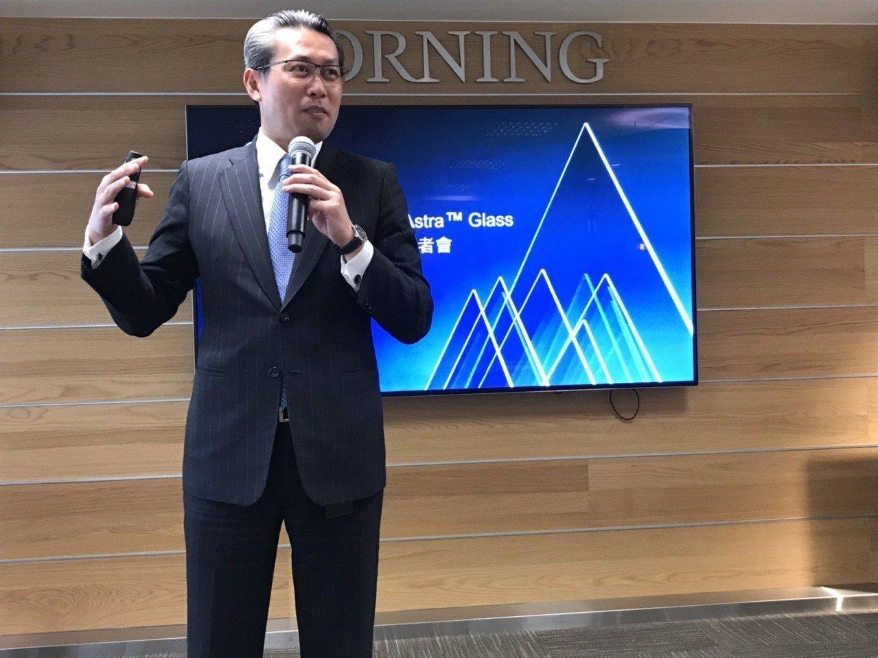 台灣康寧總經理曾崇凱介紹康寧在玻璃基板的發展。記者蔡銘仁/攝影