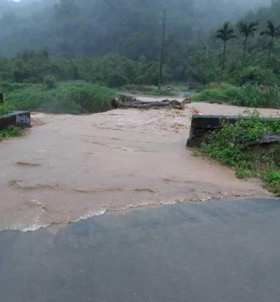 林口瑞平溪因豪雨暴漲,溪中飄浮木堵住大排,在地水志工無處求助,透過汐止偵水志工通...
