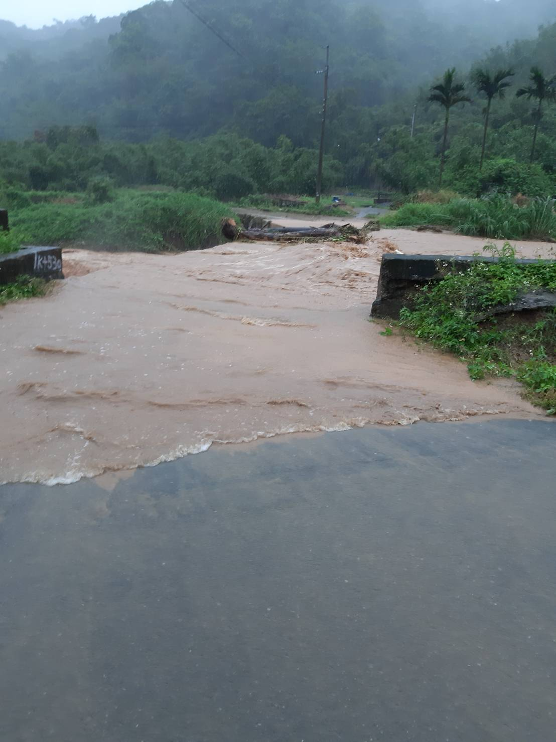 林口瑞平溪因豪雨暴漲,溪中飄浮木堵住大排,在地水志工無處求助,最後透過汐止偵水志...
