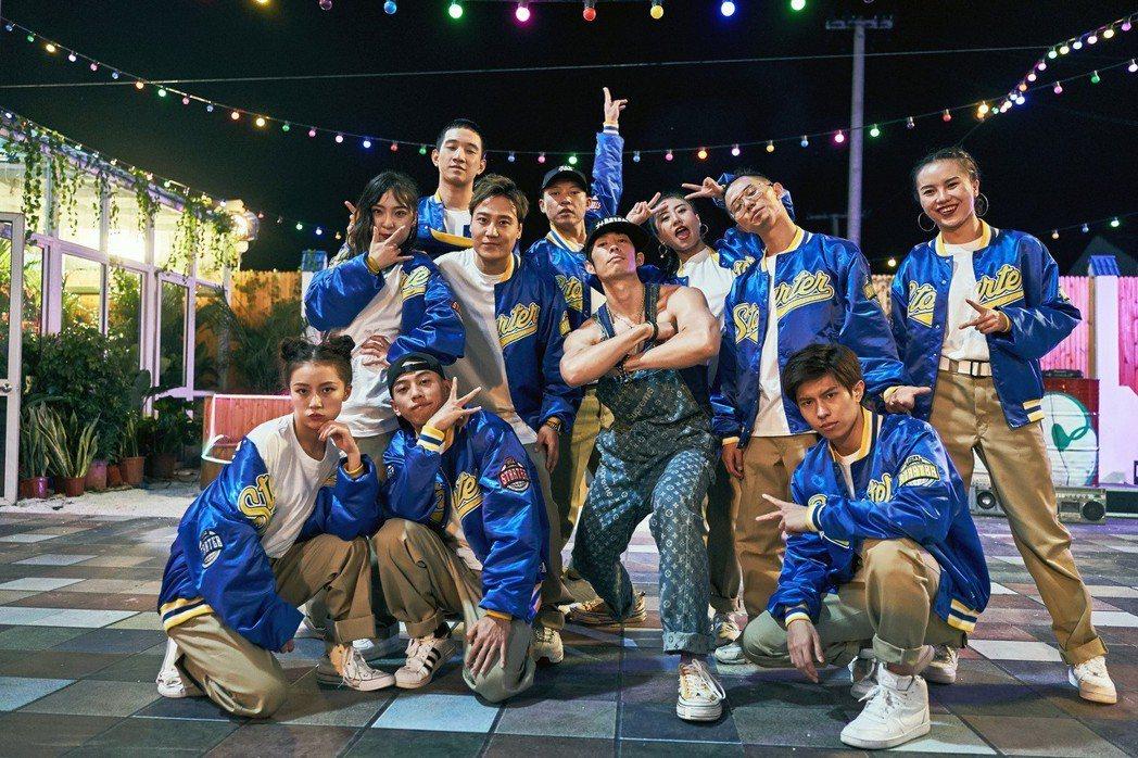 吳建豪(中)擔任節目「這!就是街舞2」隊長之一。圖/環球提供