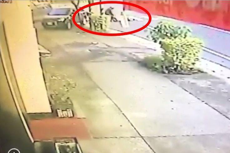 監視器拍到詹嫌把昏迷的劉姓男子拖到路邊。記者林昭彰/翻攝