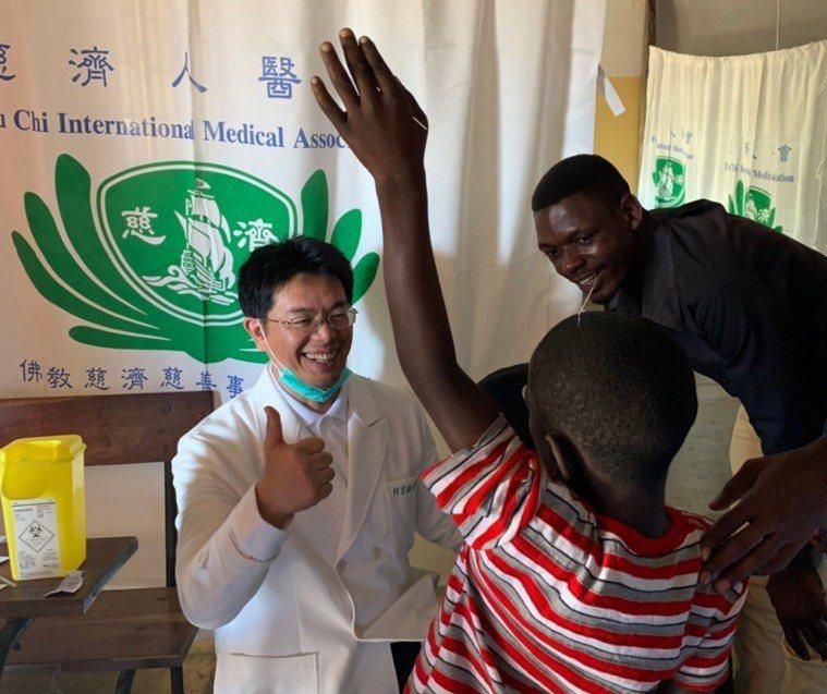 在臺灣有「醫界葉問」之稱的花蓮慈院中醫副院長何宗融,現場為一位輕微脫臼的小朋友施...