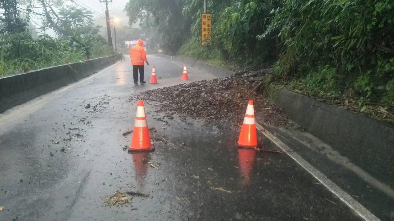 豪雨不停,邊坡泥流灌入路面。圖/甲仙工務段提供