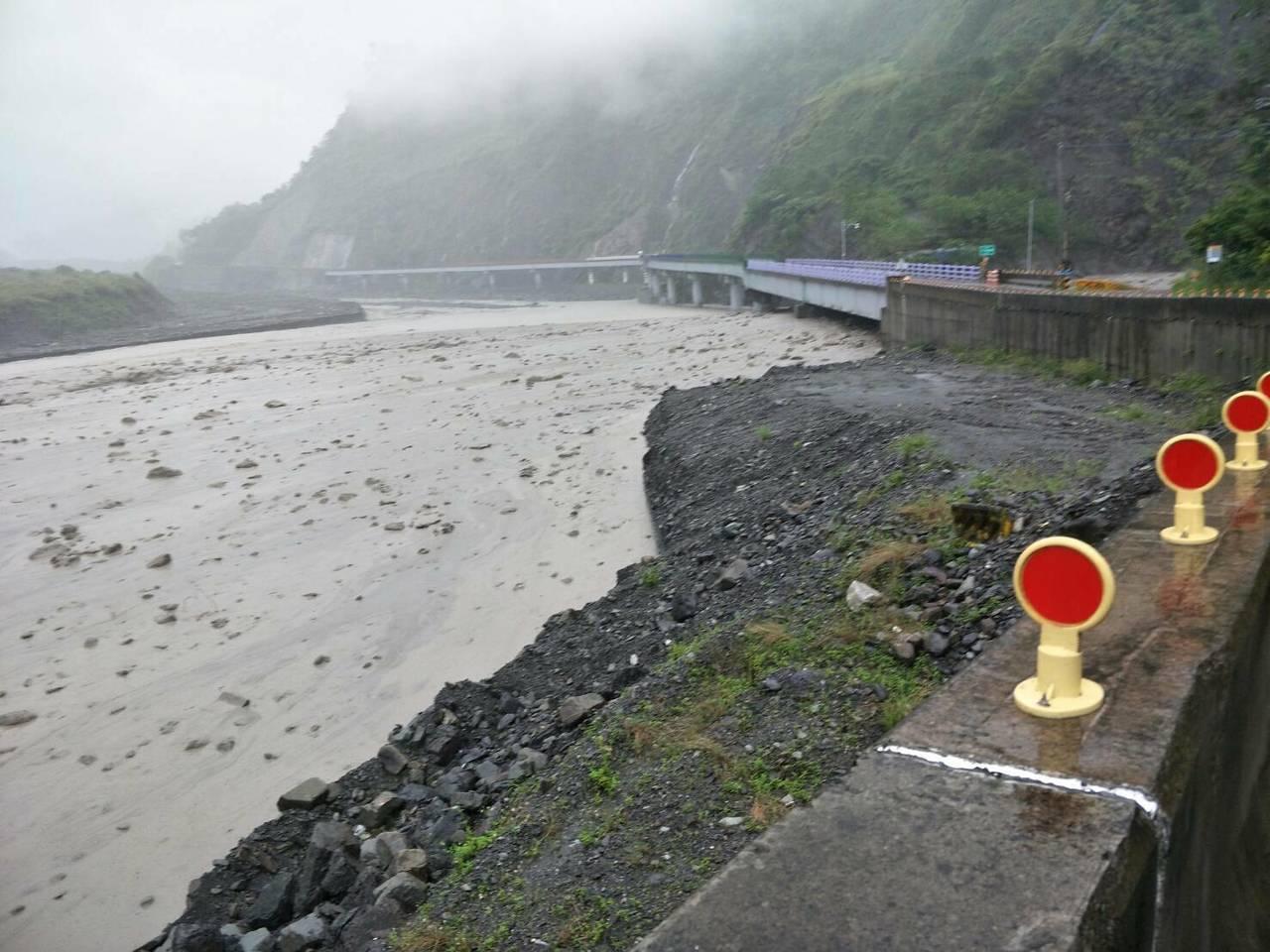 荖濃溪水勢盛大,水位已經逼近明霸克露橋橋底。圖/甲仙工務段提供