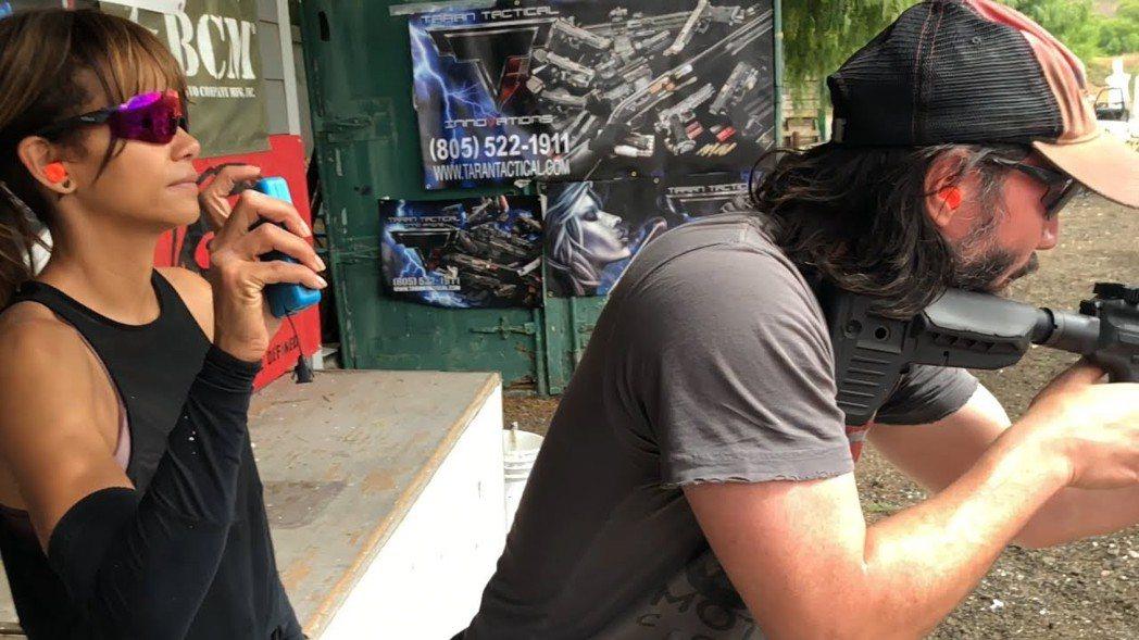 基努李維訓練「神槍技」。圖/威視提供